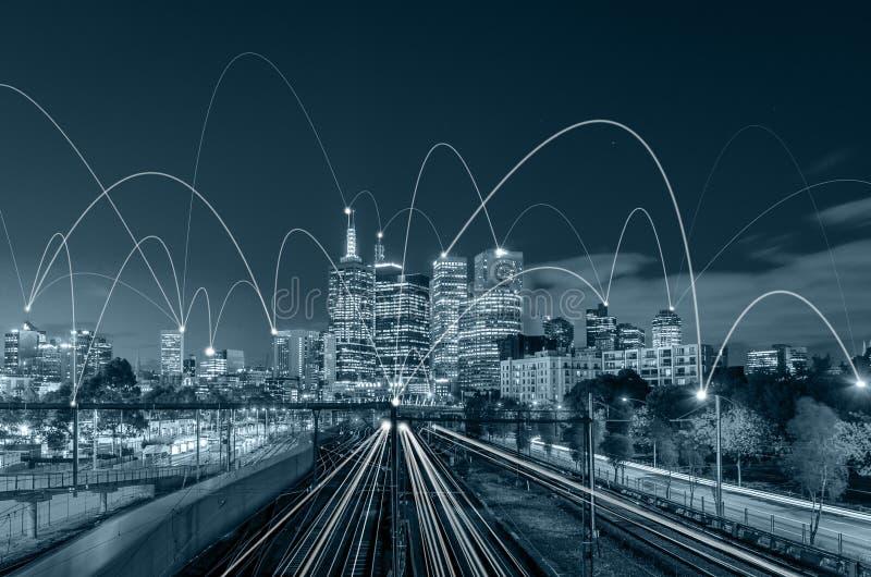 Scape da cidade do tom e conceito azuis da conexão de rede fotos de stock royalty free