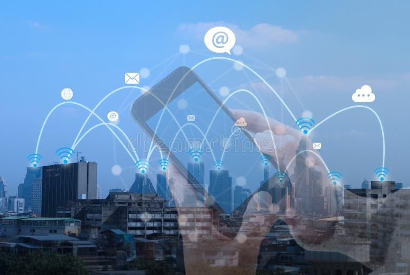 Scape da cidade e tecnologia social da conexão de rede Telecomunicações fotos de stock
