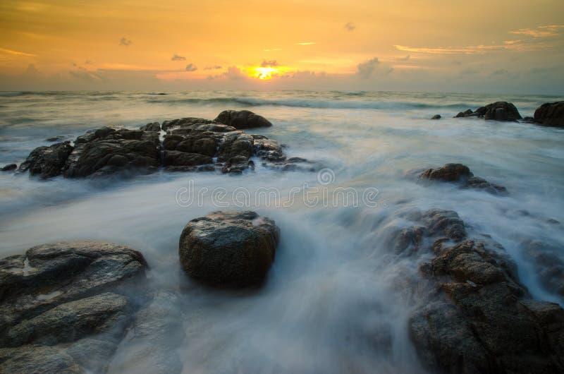 Scape del mare con la spiaggia di pietra a Phuket Tailandia fotografie stock libere da diritti