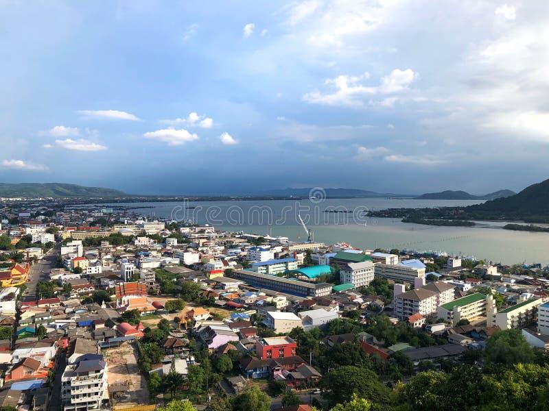 Scape della città con la montagna dall'alta vista fotografie stock libere da diritti