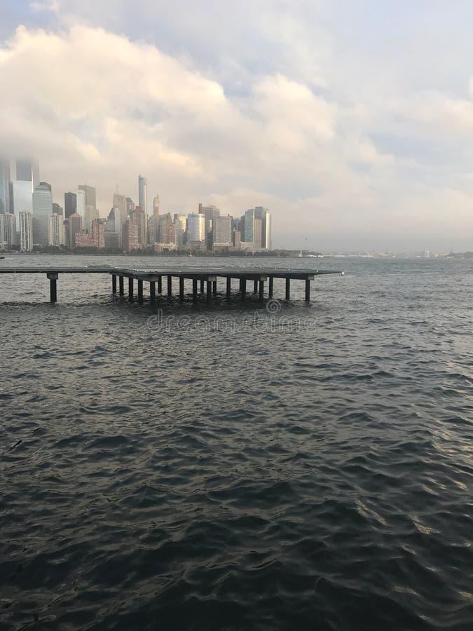 Scape della città con nebbia fotografia stock