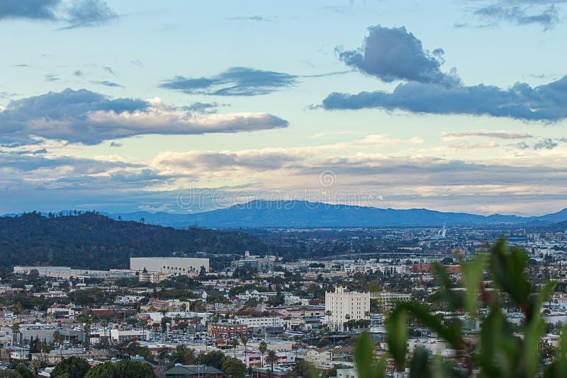 Scape della città dalla valle di trascuratezza della sommità, dell'affare, delle case e delle vie sfociare in San Fernando Valley immagine stock libera da diritti