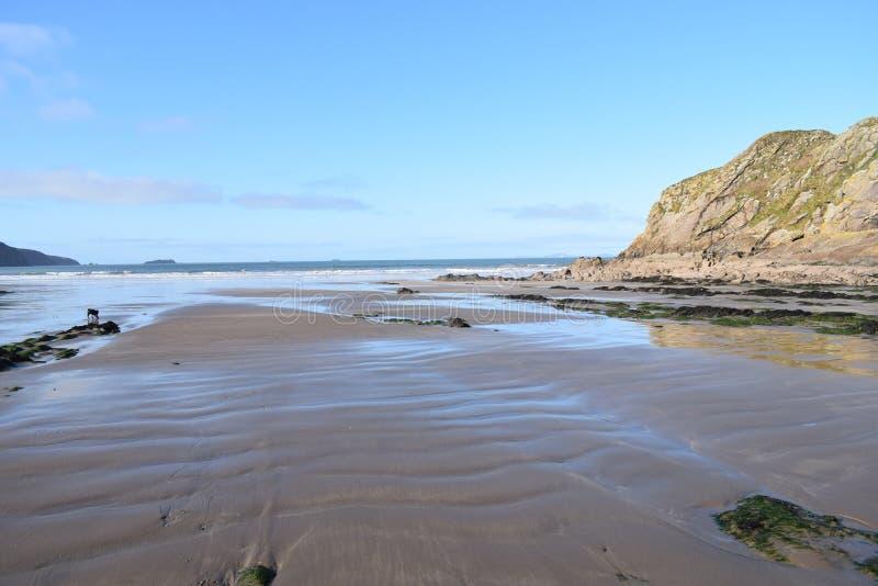 Scape do mar de uma praia abandonada quando a maré não sair por muito tempo ilustração stock
