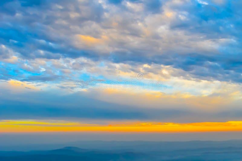Scape vibrante da nuvem da cor em um céu dramático A imagem foi capturada em um dia de verão ensolarado no tempo do por do sol Fo imagem de stock royalty free