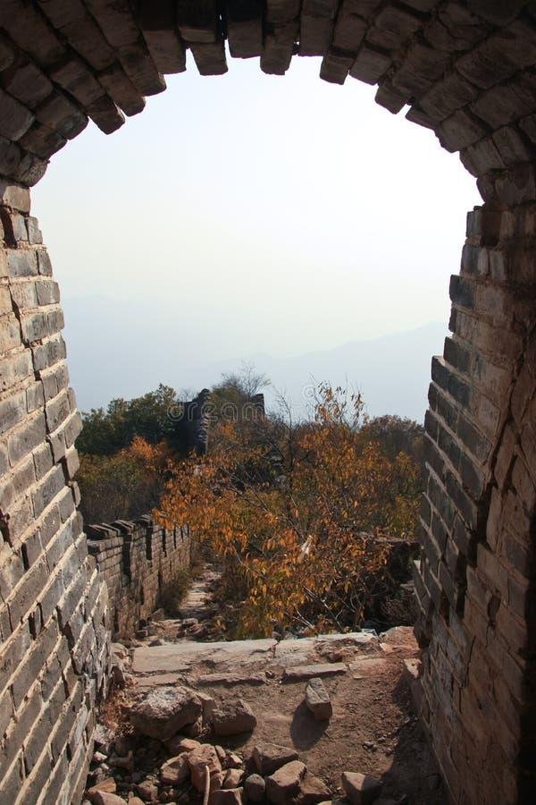 scappatoia Vista dalla scappatoia della finestra sulla grande muraglia fotografia stock