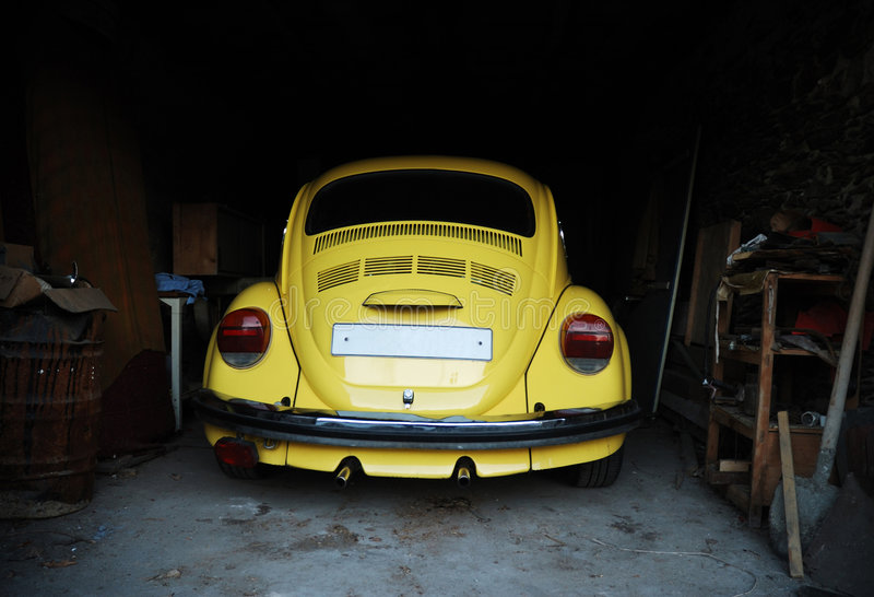 Scarabeo giallo in garage fotografie stock