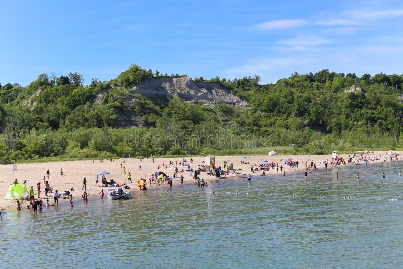 Scarborough fa il bluff la spiaggia immagini stock