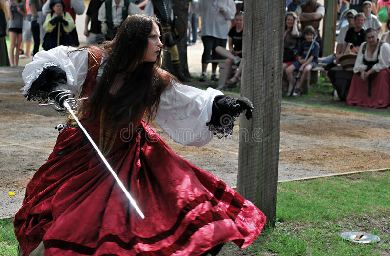 Scarborough Rennaissance Faire: Poised para golpear imagem de stock royalty free