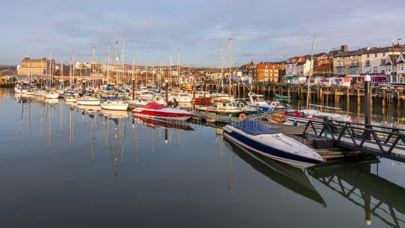 Scarborough, Yorkshire/UK norte - 04 07 2018: Barcos e iate no porto de Scarborough fotos de stock