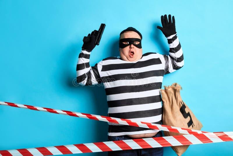 Scared a étonné le voleur a été cought par le témoin photo stock
