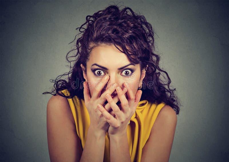 Scared entsetzte Frau mit überreicht ihren Mund lizenzfreie stockbilder