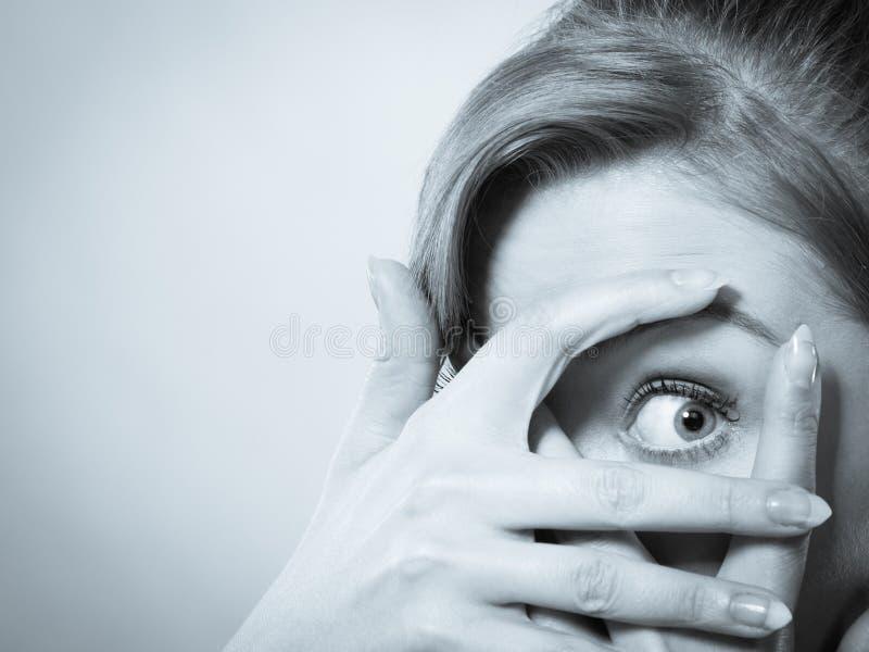 Scared erschrak junge Frau lizenzfreies stockfoto