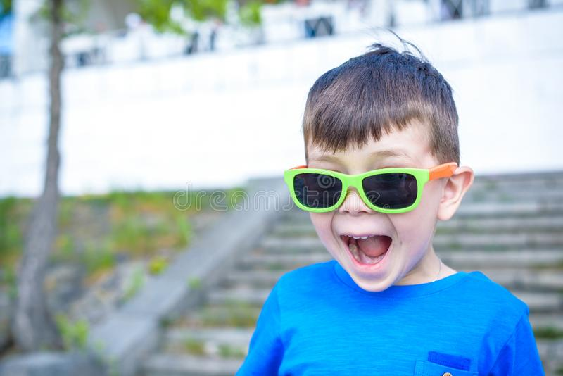 Scared ha sorpreso il bambino maschio caucasico misto stupito con cantato fotografia stock