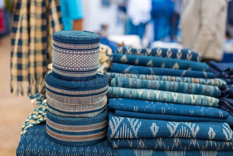 Scarfes сини индиго для на рынке, тайское голубое индиго покрашенная ткань стоковая фотография
