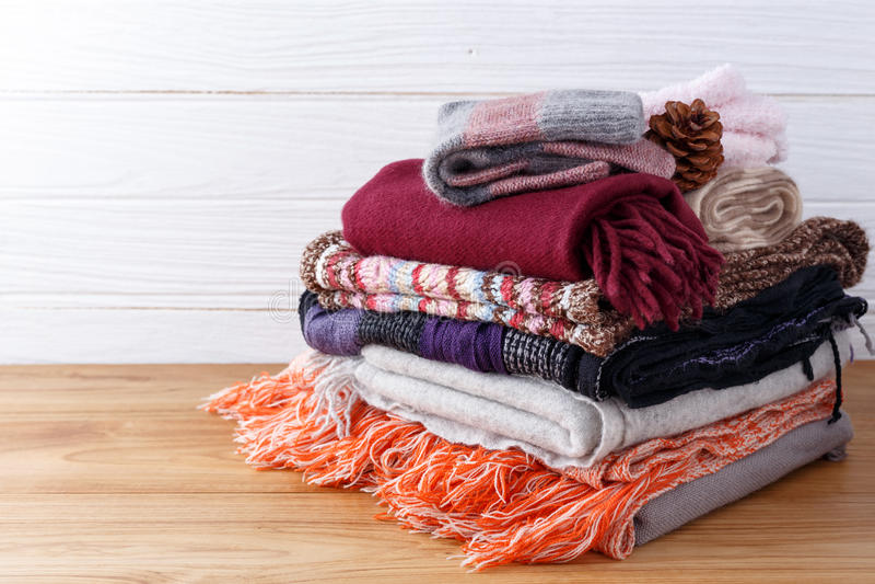 Scarft手套和毯子有木背景 免版税库存照片