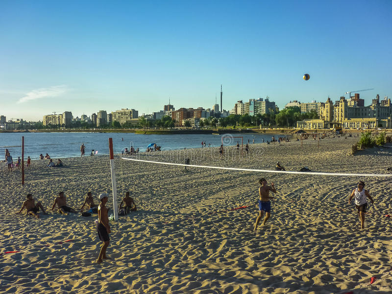 Scarica alla spiaggia a Montevideo fotografia stock