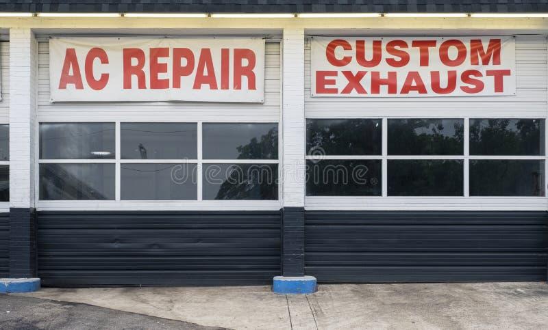 Scarico automatico di abitudine di riparazione di CA delle baie dell'officina riparazioni fotografia stock libera da diritti