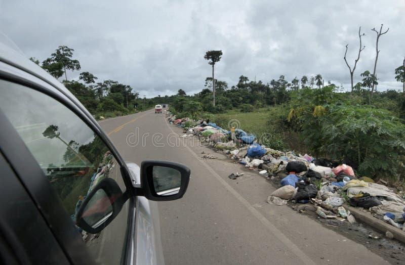 Scarico residuo lungo la strada nel Amazon, Sudamerica immagini stock libere da diritti