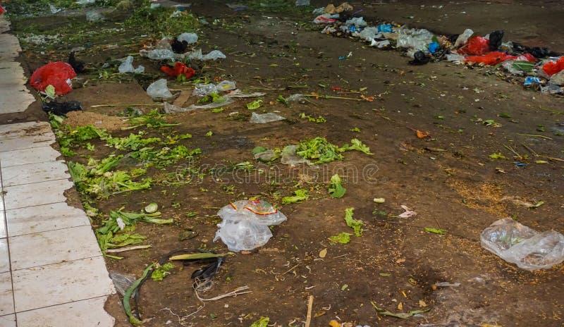 Scarp śmiecący na ziemi przy Pasar Minggu tradycyjną targową fotografią brać w Dżakarta Indonezja obraz royalty free