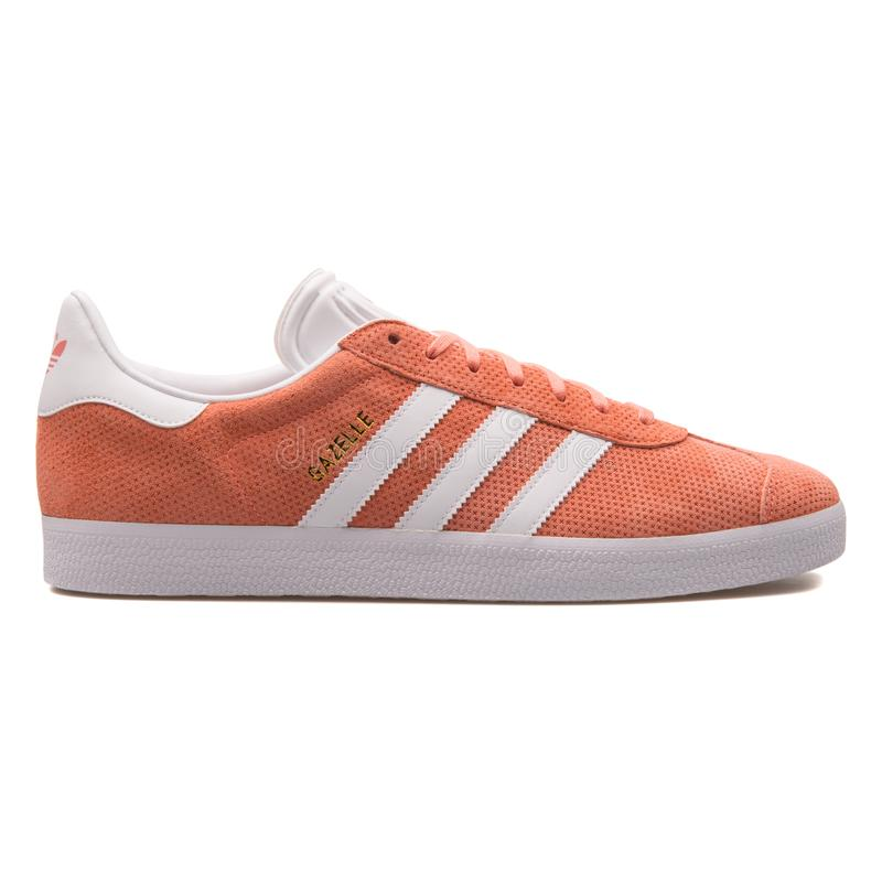 Scarpa da tennis arancio della gazzella di Adidas fotografie stock libere da diritti