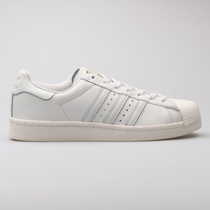 Scarpa da tennis bianca del superstar di Adidas immagine stock libera da diritti