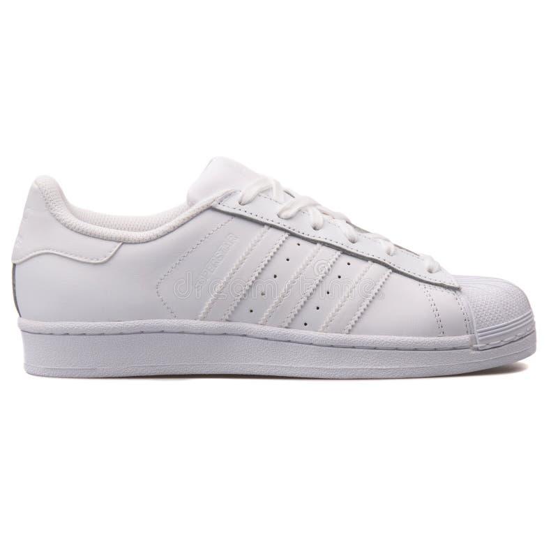 Scarpa da tennis bianca del superstar di Adidas immagini stock libere da diritti