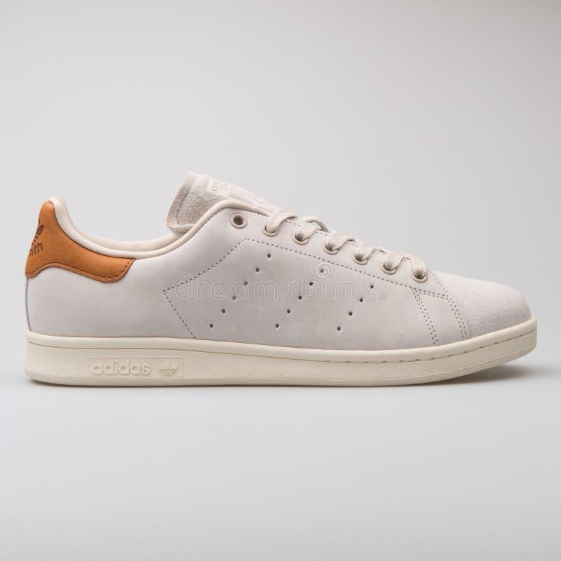 Scarpa da tennis bianca di cuoio di Adidas Stan Smith immagini stock libere da diritti