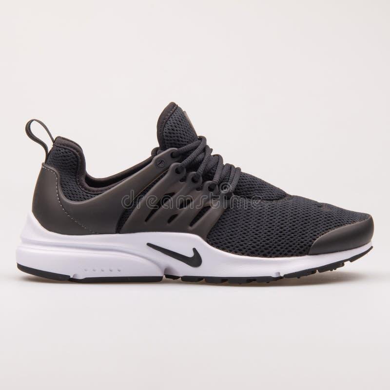 Scarpa da tennis in bianco e nero di Nike Air Presto immagini stock