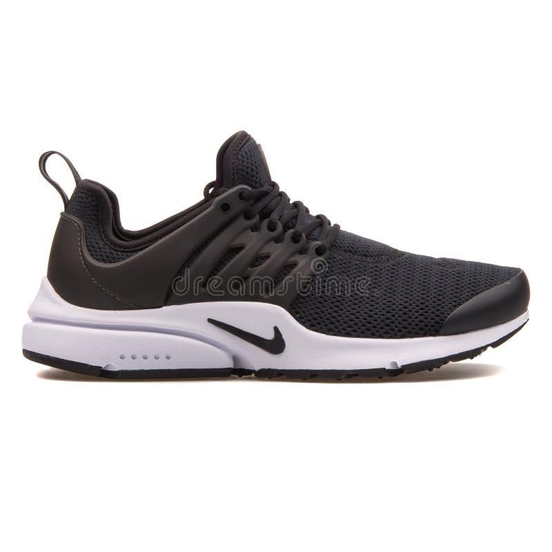 Scarpa da tennis in bianco e nero di Nike Air Presto fotografia stock libera da diritti