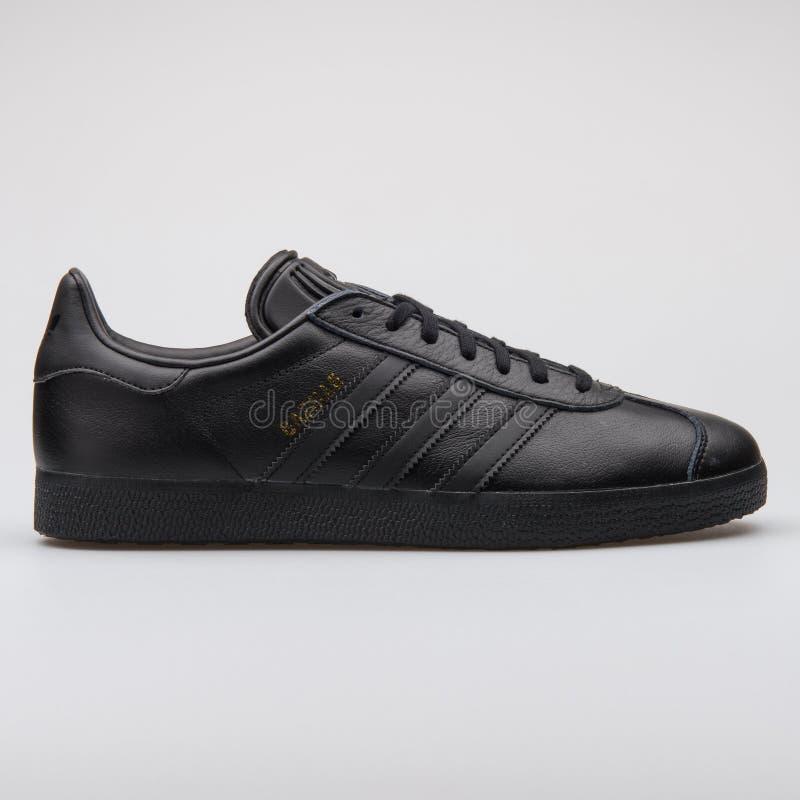 Scarpa da tennis del nero della gazzella di Adidas fotografie stock libere da diritti