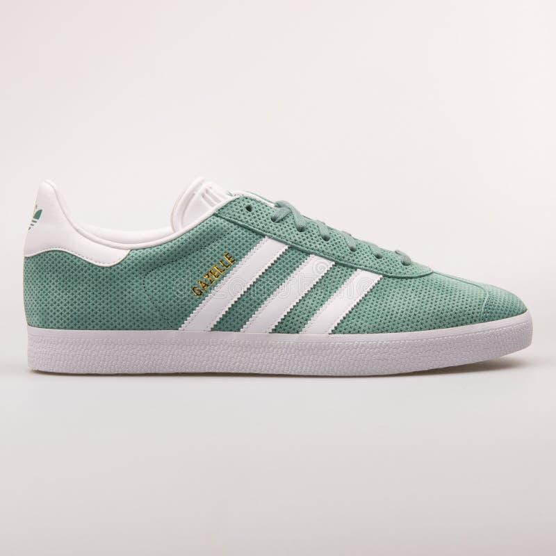 Scarpa da tennis di verde della gazzella di Adidas fotografia stock