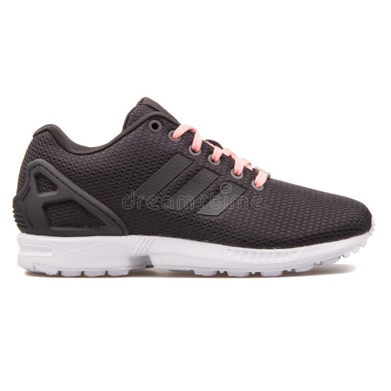 Scarpa da tennis nera di cambiamento continuo di Adidas ZX fotografia stock libera da diritti
