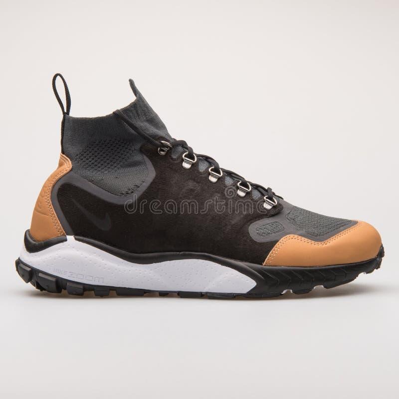 Scarpa da tennis nera di Nike Air Zoom Talaria Mid Flyknit ed antracite premio fotografia stock