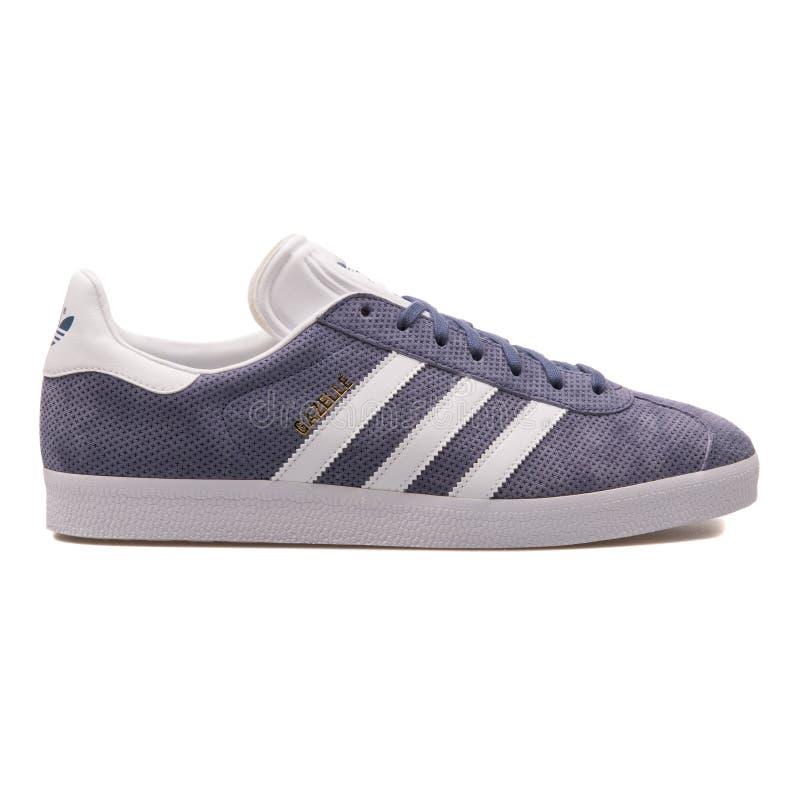 Scarpa da tennis porpora della gazzella di Adidas fotografia stock