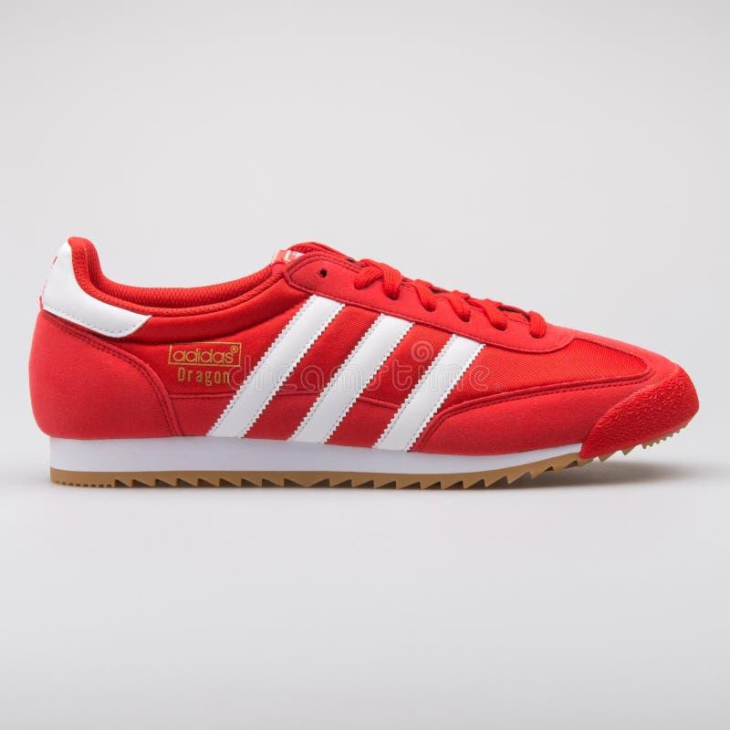 Scarpa da tennis rossa del drago OG di Adidas fotografia stock libera da diritti