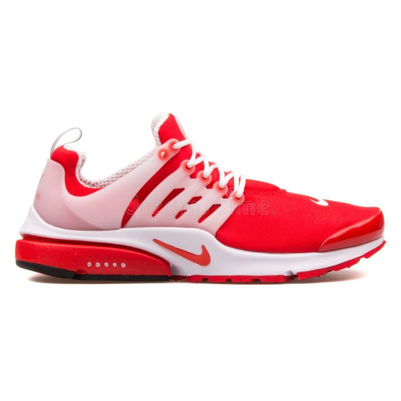 Scarpa da tennis rossa e bianca di Nike Air Presto immagine stock