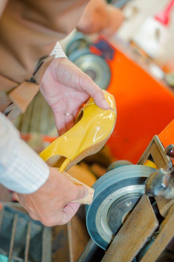 Scarpa del tallone della macinazione del calzolaio immagini stock libere da diritti