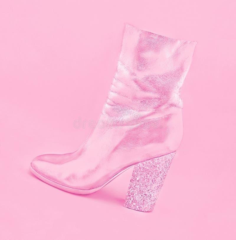 Scarpa di cuoio rosa alla moda del ` s delle donne con il tallone fatto dei coriandoli su fondo pastello fotografie stock
