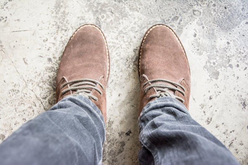 Scarpa di cuoio sul vecchio pavimento fotografia stock libera da diritti