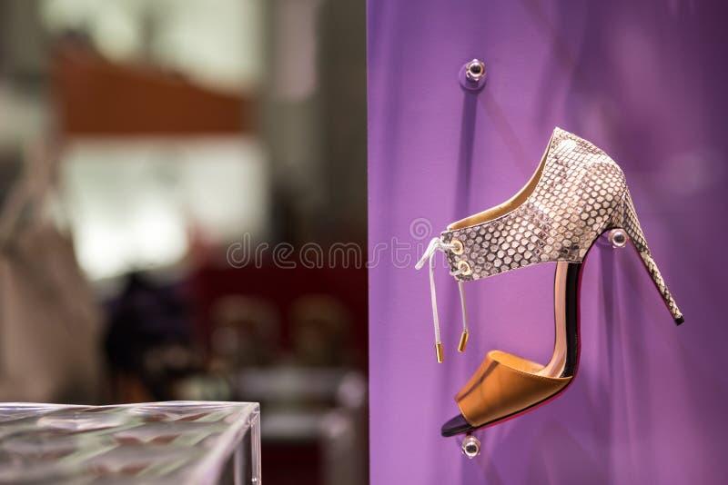 Scarpa di lusso nel deposito di scarpe fotografie stock