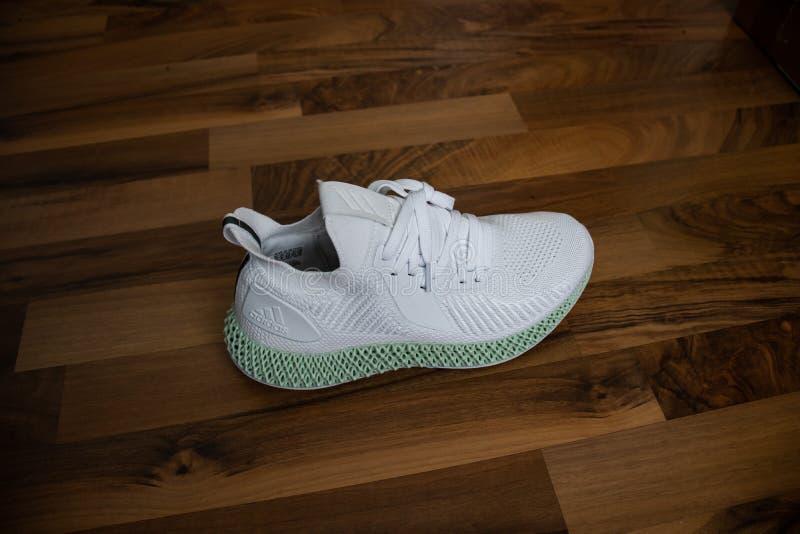 Scarpe Alphaedge 4D di Adidas in bianco e nel greem fotografia stock