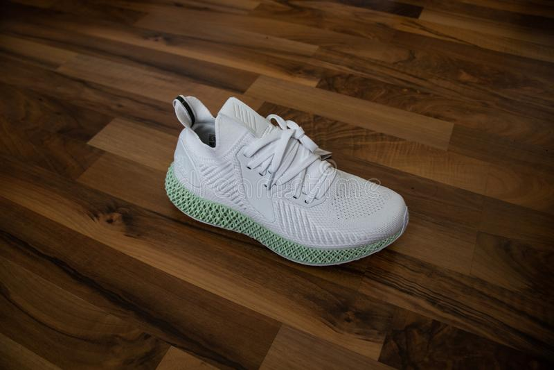 Scarpe Alphaedge 4D di Adidas in bianco ed in verde fotografie stock libere da diritti
