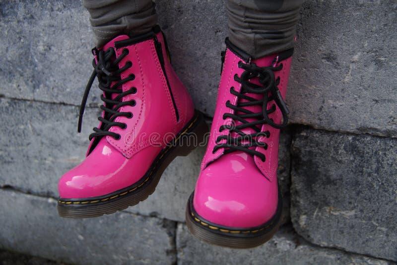 Scarpe alternative punk rosa della donna o della ragazza - sedersi dura fotografia stock
