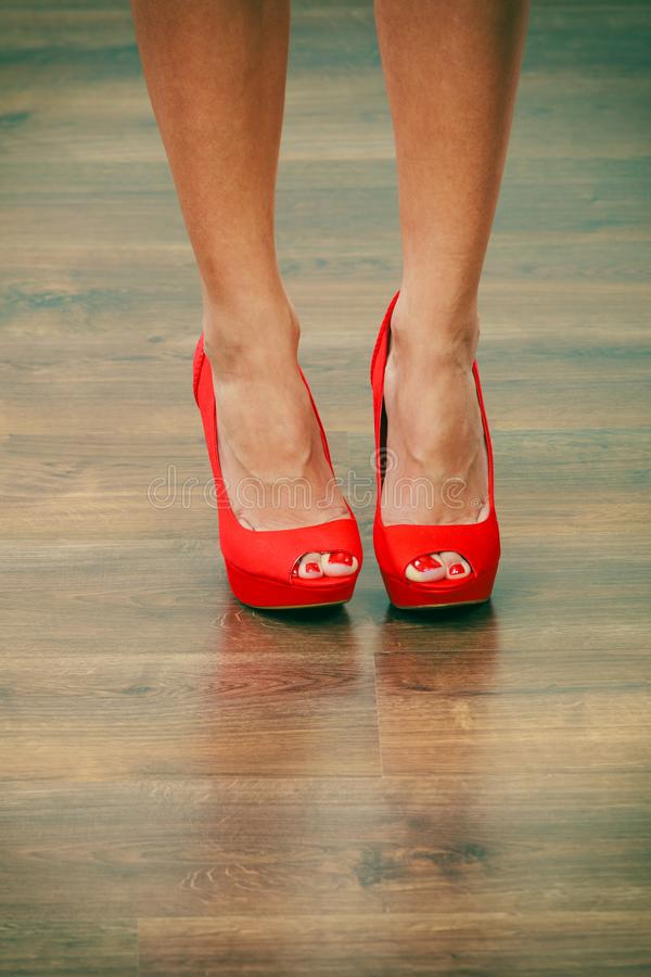 Scarpe appuntite dei tacchi alti rossi sulle gambe femminili immagini stock libere da diritti