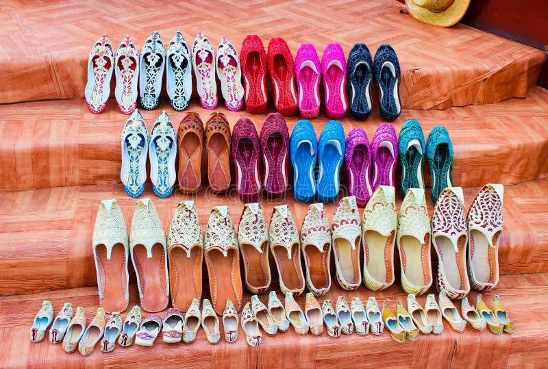 Scarpe arabe tradizionali - multicolori, decorato con gli zecchini, pantofole o jutti o babouches di khussa immagine stock