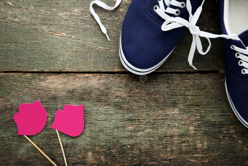 Scarpe blu con le labbra di carta fotografie stock libere da diritti