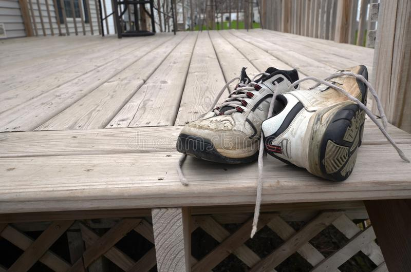 Scarpe consumate del giardino immagine stock