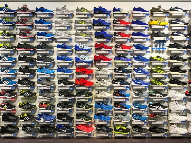 Scarpe correnti e casuali da vendere nell'esposizione del negozio di scarpe dell'abito di modo immagini stock