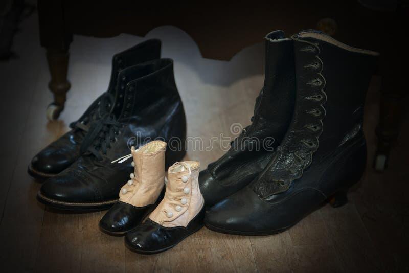 Scarpe d'annata antiche, abbigliamento, vestiti immagine stock libera da diritti