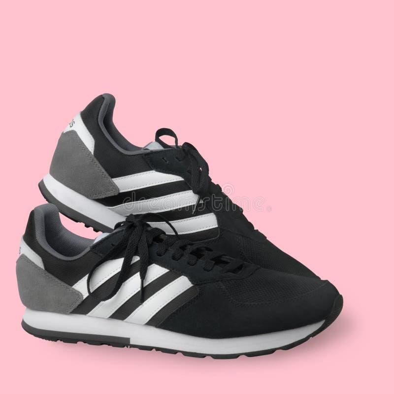 Scarpe da tennis delle scarpe di sport di Adidas nere su un fondo bianco Isolato samara La Russia 2019-04-13 fotografia stock libera da diritti